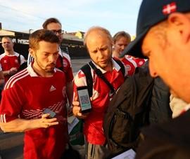 'Hành trình khổ ải' của fan Đan Mạch và món quà xứng đáng