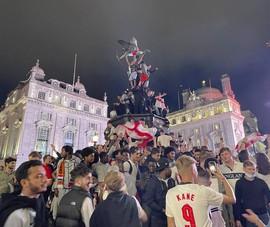 Fan Anh quậy cỡ nào ở Roma và London?