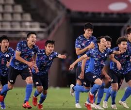 Hàn Quốc thua đậm, Nhật đi tiếp sau loạt 'đấu súng'