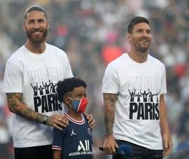 Trận PSG - Strasbourg: Messi và các siêu sao ra sân chào khán giả rồi ra ngoài