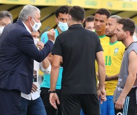 HLV Brazil bất ngờ lên tiếng bênh vực quan chức y tế