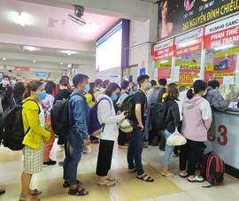Người dân chen chúc xếp hàng mua vé về quê