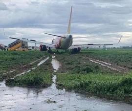 Mưa to, 1 máy bay hạ cánh trượt khỏi đường băng ở Tân Sơn Nhất