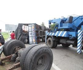 Xe tải văng trục sau, lật ngang trên QL1A ở Ninh Thuận