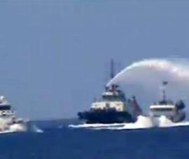 Tàu TQ hung hăng phun vòi rồng, cố tìm cách tạo bằng chứng giả tố VN tấn công