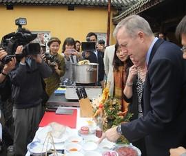 Đại sứ Mỹ trổ tài nấu bún bò Huế