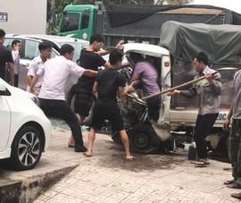 Đầu xe tải bẹp dúm sau cú tông trực diện vào ô tô