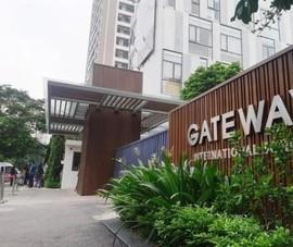 Chi tiết mới về chiếc áo màu đỏ của bé trai trường Gateway