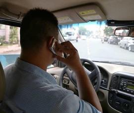 Bộ Công an đề xuất luật hóa cấm dùng điện thoại khi lái ô tô