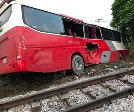 Tin mới vụ tàu hỏa tông xe chở học sinh, nhiều em bị thương