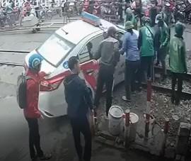 Xe taxi kẹt ở đường ray khi tàu hỏa đang tới