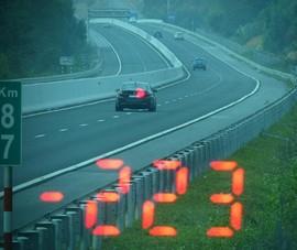 Tài xế BMW phóng xe 223km/h vì… vội đi ăn cưới