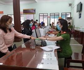 Công an tổ chức cấp thẻ căn cước gắn chíp cho người dân