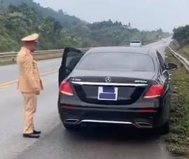 Tài xế Mercedes dán kín biển số để né CSGT phạt nguội