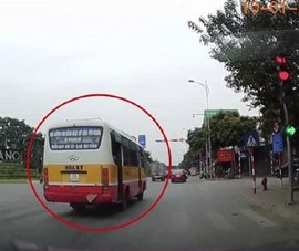 Xe buýt vượt đèn đỏ, dân quay clip báo công an qua Facebook