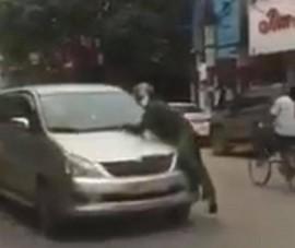 Tài xế lao ô tô vào cảnh sát, chiến sĩ phải bám trên nắp ca pô