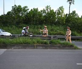 CSGT chặn bắt nhiều xe máy đi vào đường cao tốc của ô tô