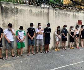 Bất chấp lệnh cấm, 42 nam nữ vẫn 'bay lắc' giữa dịch COVID-19