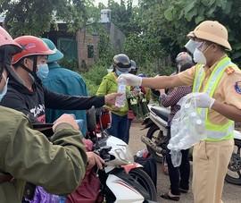 CSGT dẫn đường, phát nước và bánh mì miễn phí cho người dân về quê