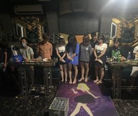 Bất chấp lệnh cấm, chủ quán karaoke vẫn lén lút cho 19 nam nữ hát hò