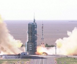 3 phi hành gia Trung Quốc đầu tiên lên tới trạm không gian Thiên Cung