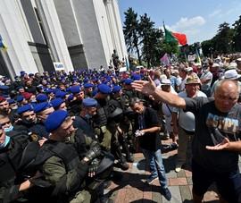 Ukraine: Biểu tình trước tòa nhà quốc hội, 1 nghị sĩ cảnh báo nguy cơ đảo chính