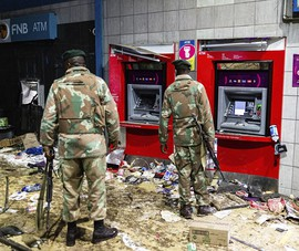 Nam Phi tăng gấp 10 lực lượng an ninh, người dân tự vũ trang do bạo loạn kéo dài