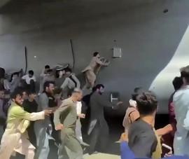 VIDEO: Dân Afghanistan rơi từ trên không khi cố 'đu bám' máy bay Mỹ, thiệt mạng