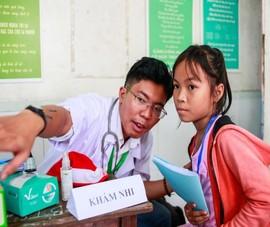 Chàng bác sĩ lặn lội khám, chữa bệnh miễn phí cho trẻ
