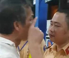 Clip: Tài xế xe biển xanh tát, cự cãi CSGT ở Thanh Hóa
