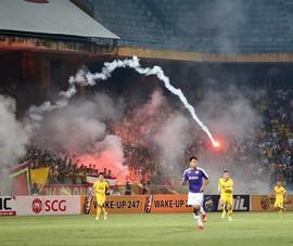 Pháo sáng tai hại cho tương lai bóng đá Việt