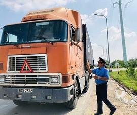 Lúng túng xử phạt tài xế xe container không gài chốt