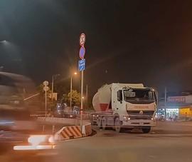 Chuyện lạ: Xe tải, xe container vô tư đậu trước biển cấm