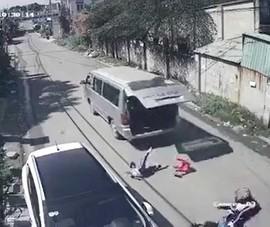 Hy hữu: 3 học sinh văng khỏi xe đưa đón