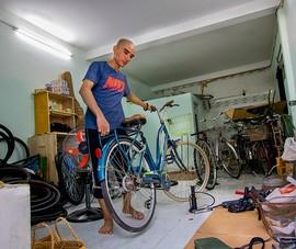 Chàng trai 'hồi sinh' xe đạp tặng người nghèo