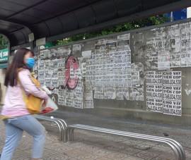 Nhà chờ xe buýt dày đặc quảng cáo cho vay tiền