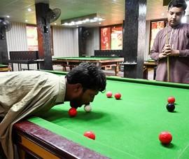 Người không tay trở thành cao thủ billiards