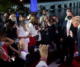 Không tranh luận, 2 ông Trump - Biden 'họp kiểu làng xã'