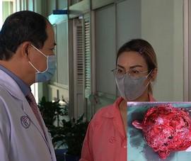 Video: Mang khối u tụy khổng lồ nhưng chỉ nghĩ do mập lên