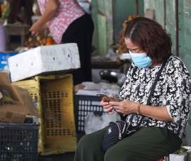 Dùng điện thoại 'cục gạch', tiểu thương khó khai báo y tế