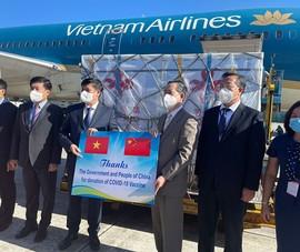 Video: Cận cảnh lô vaccine Trung Quốc viện trợ về tới Việt Nam
