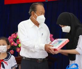 Nguyên Phó Thủ tướng tặng 100 máy tính bảng cho học sinh