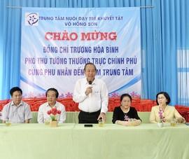 Phó Thủ tướng Trương Hoà Bình thăm trẻ em khuyết tật