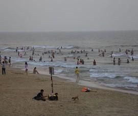 Quảng Nam yêu cầu đeo khẩu trang trước và sau khi tắm biển
