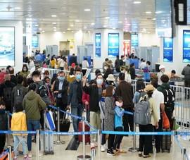 Khách đi máy bay tăng cao, sân bay Nội Bài ra khuyến cáo