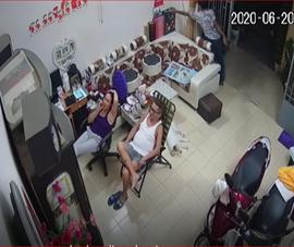 Camera ghi cảnh trộm lấy điện thoại khi gia đình đang xem tivi