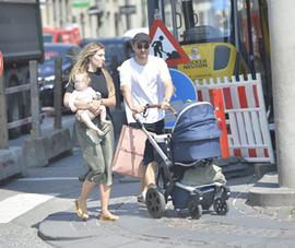 Eriksen đi mua sắm cùng bạn gái