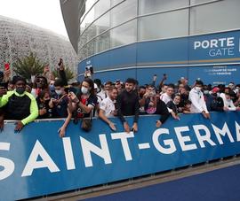 Cổ động viên PSG náo loạn vì Messi ở sân bay Le Bourget, Pháp