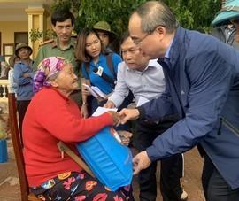 Ông Nguyễn Thiện Nhân, đoàn TP.HCM thăm đồng bào miền Trung