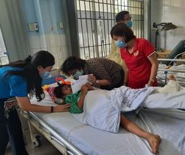 Bà Tô Thị Bích Châu, đoàn TP.HCM tiếp tục thăm miền Trung